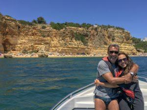 Casal em barco na Praia da Marinha