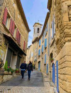 Casal caminhando por Châteauneuf-du-pape, região vinícola da França.