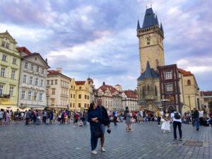 Casal na Praça Old Town em Praga