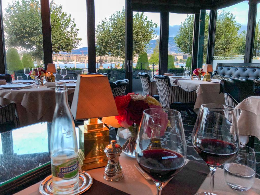 Salão de restaurante Windows em Genebra com duas taças de vinho