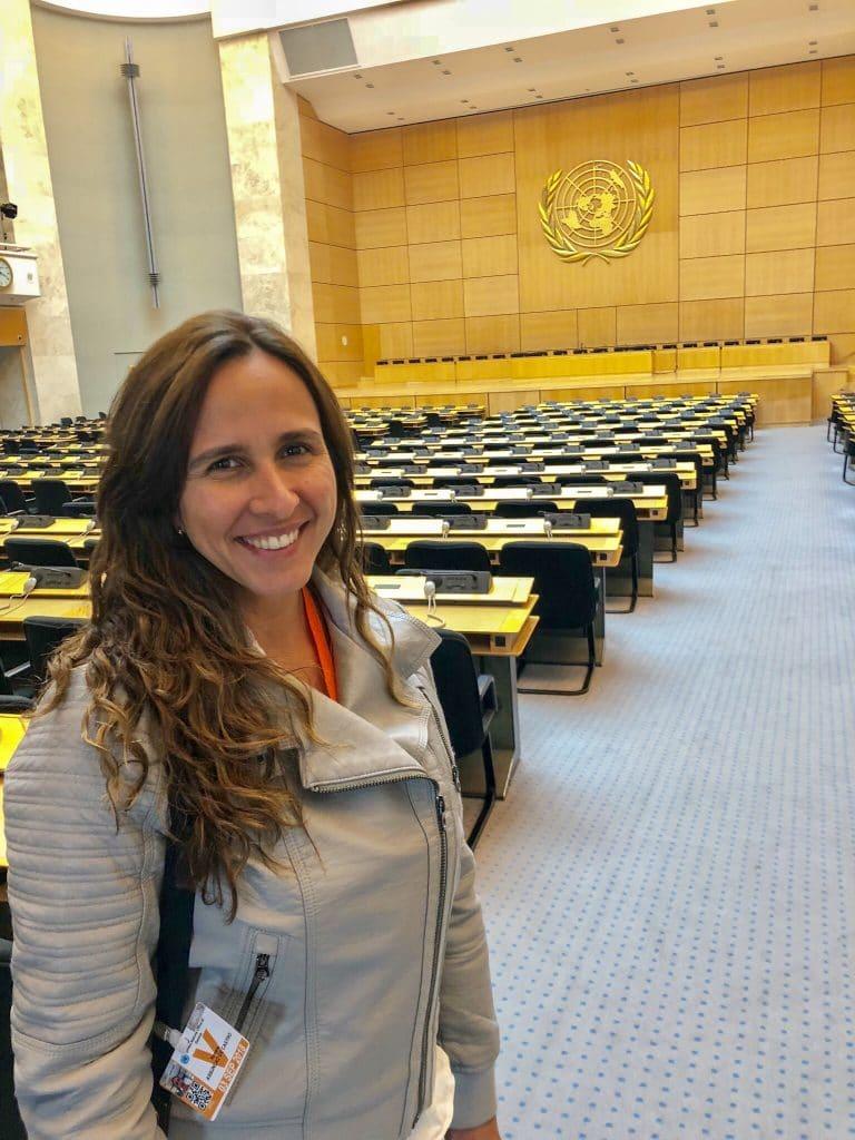 Mulher em sala de Nações Unidas em Genebra
