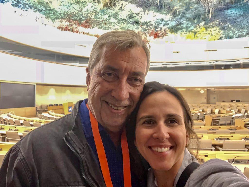 Casal abraçado dentro de prédio das Nações Unidas em Genebra