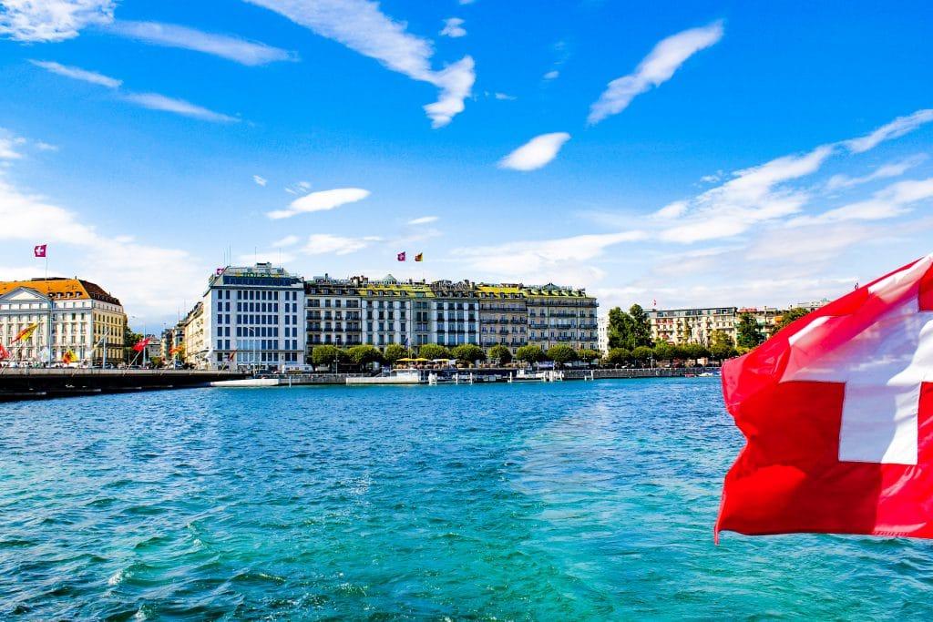 Lago Léman e fachada de prédios ao fundo em Genebra