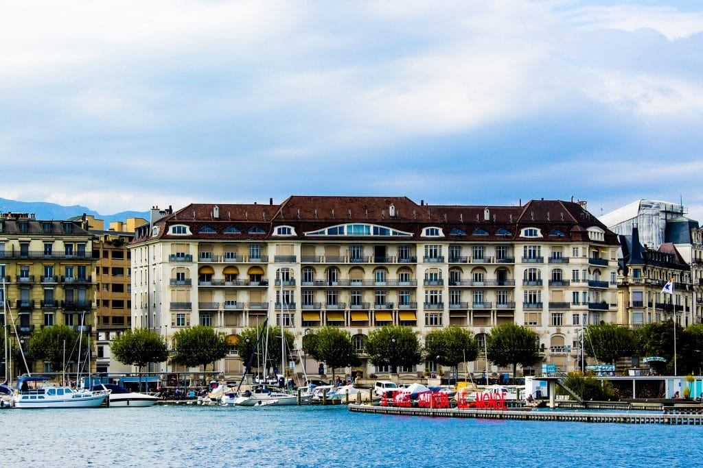 Lago Léman e fachada de prédios