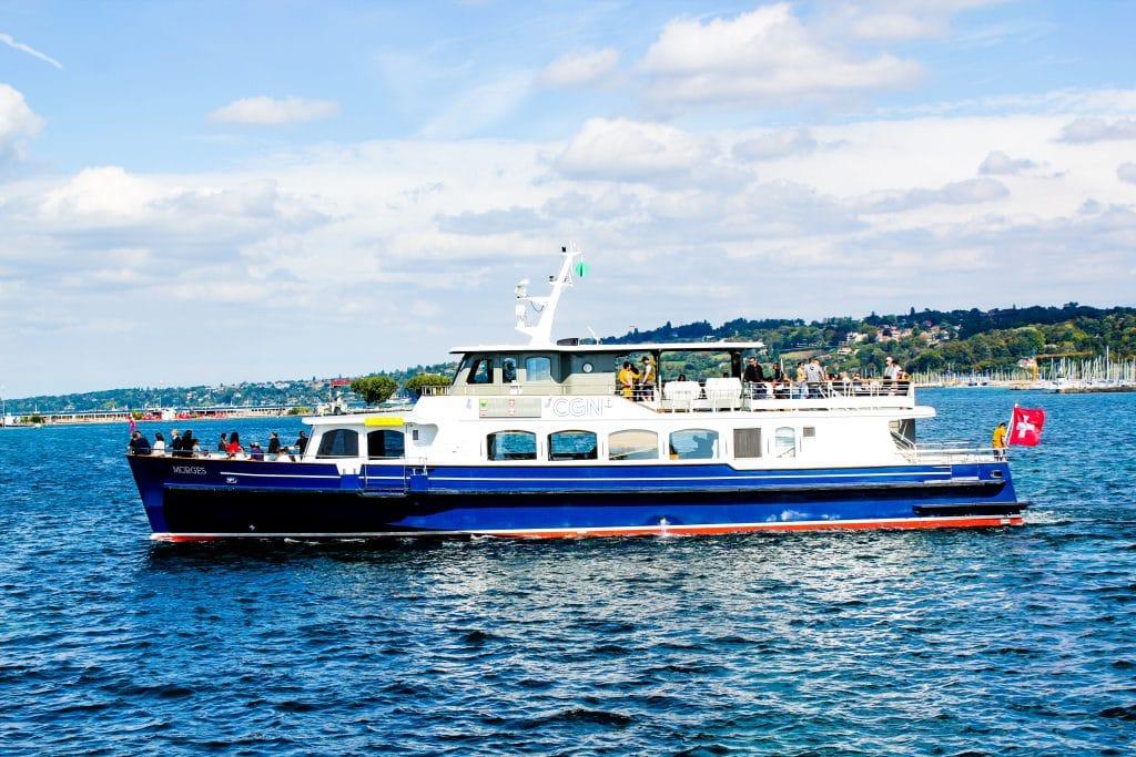 Barco navegando pelo Lago Léman