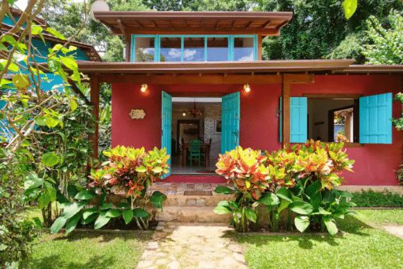 Frente de casa com flores no jardim