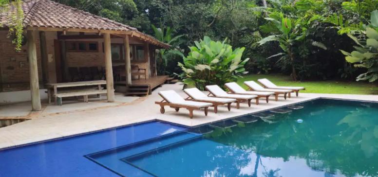 Piscina e espreguiçadeiras   em casa para alugar no interior de São Paulo