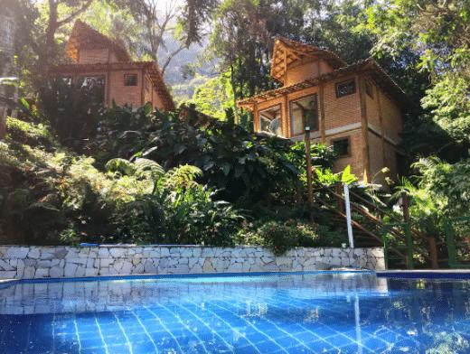 Chalé e piscina no interior de São Paulo
