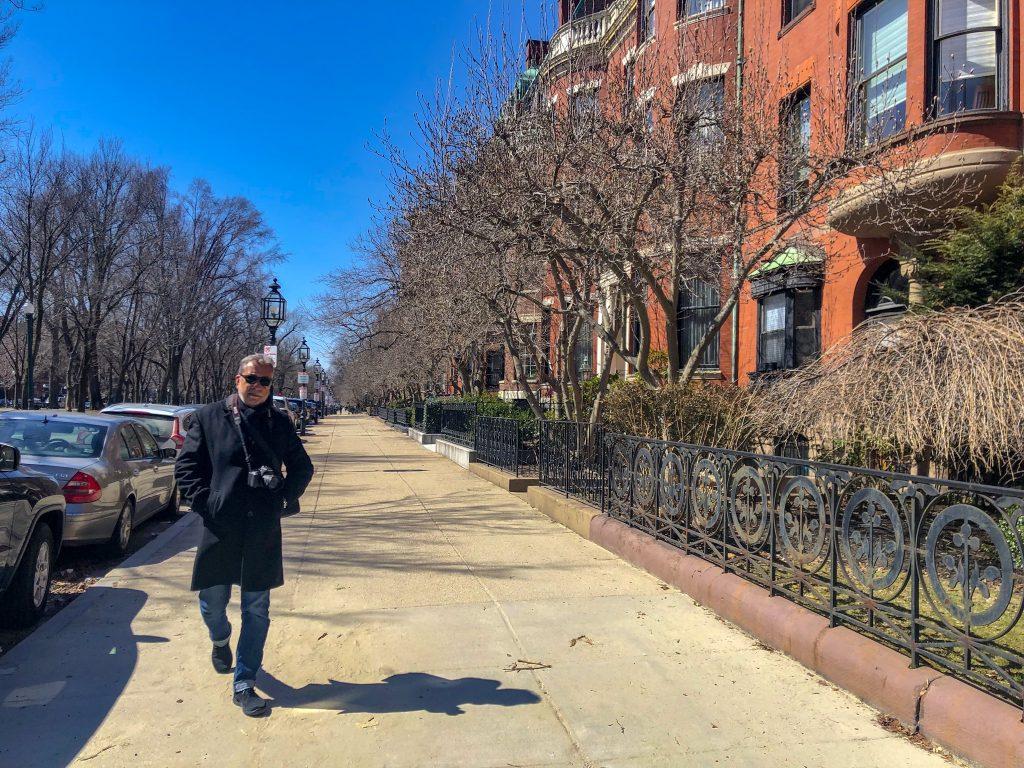 Homem caminhando pelas ruas de Boston
