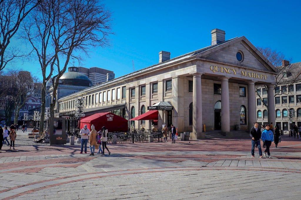 Fachada de mercado de comidas em Boston.