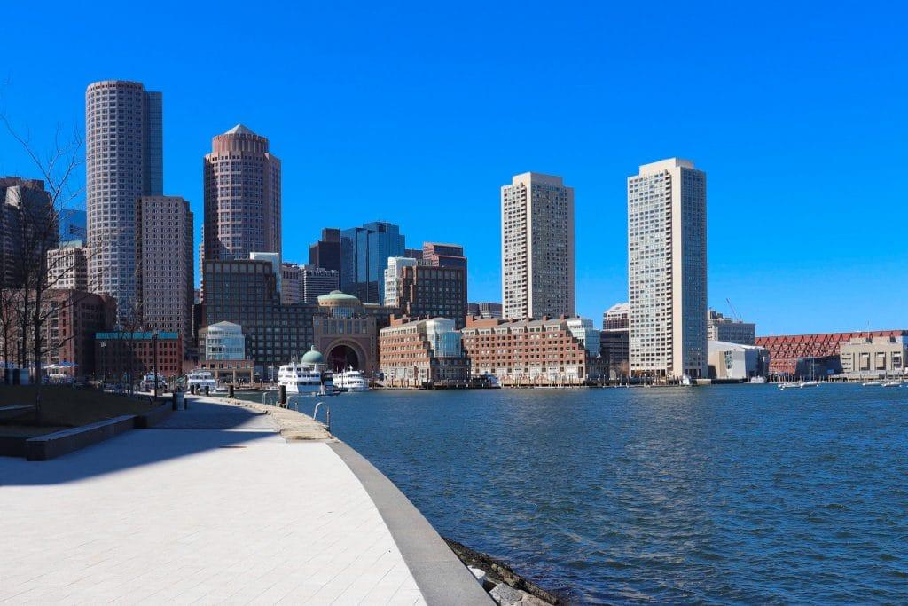 Beira mar com prédios em Boston