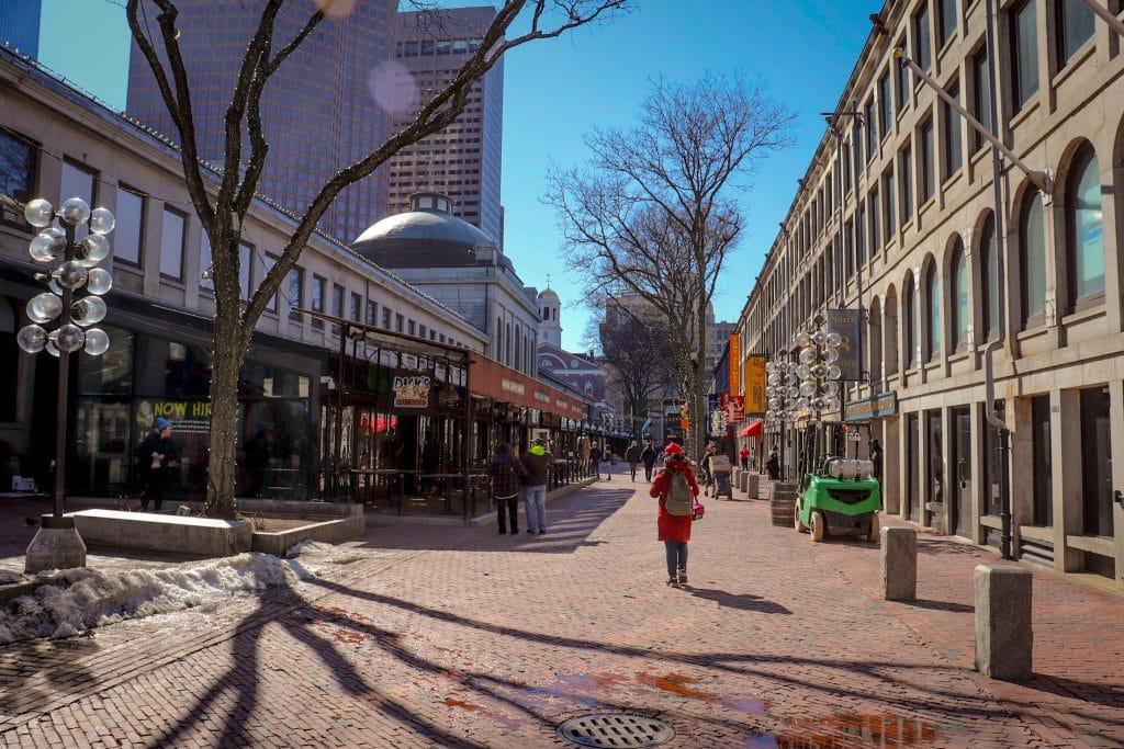 Rua com lojas e pessoas caminhando em Boston
