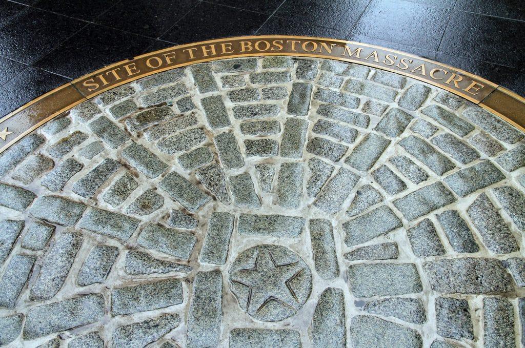 Monumento no chão em homenagem ao massacre de Boston