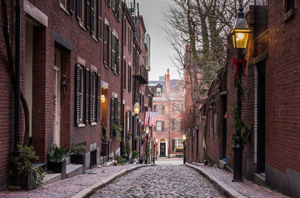 Rua vazias com prédios antigos