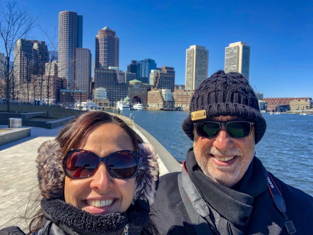 Casal na beira do mar de Boston