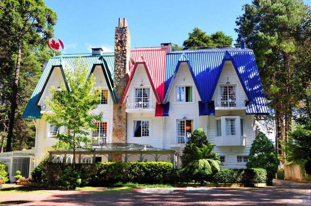 Fachada do prédio da pousada Canadá Lodge em Campos do Jordão