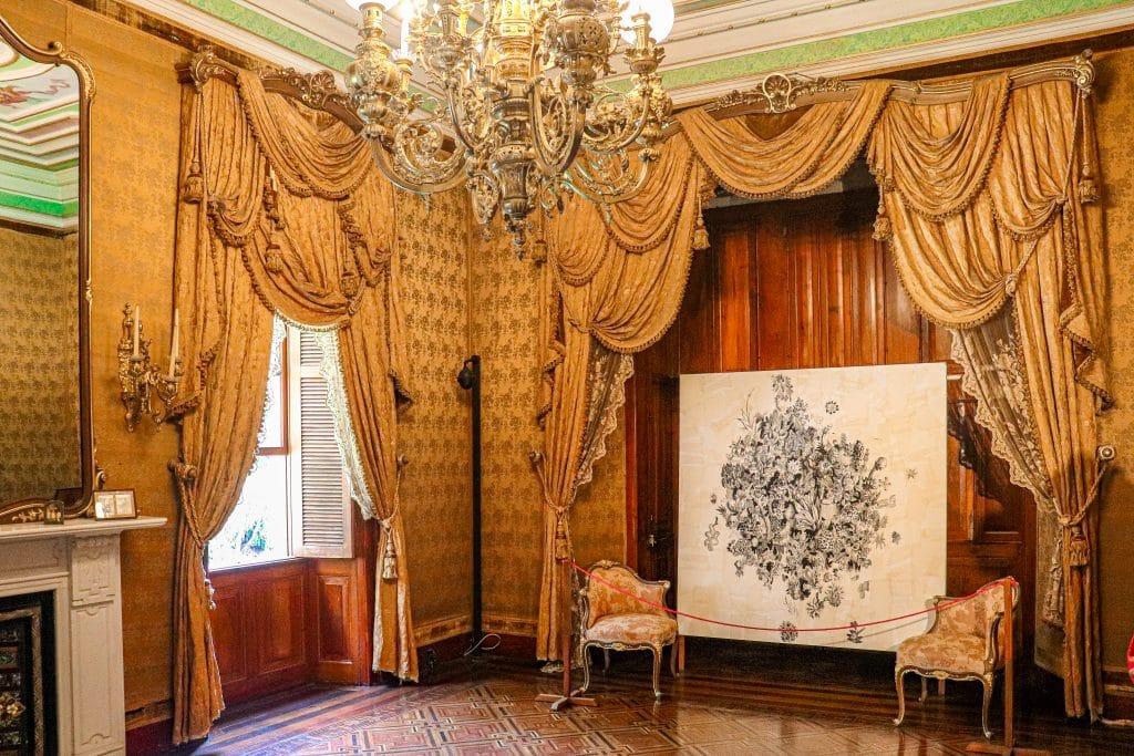 Sala com poltronas de época e cortinas