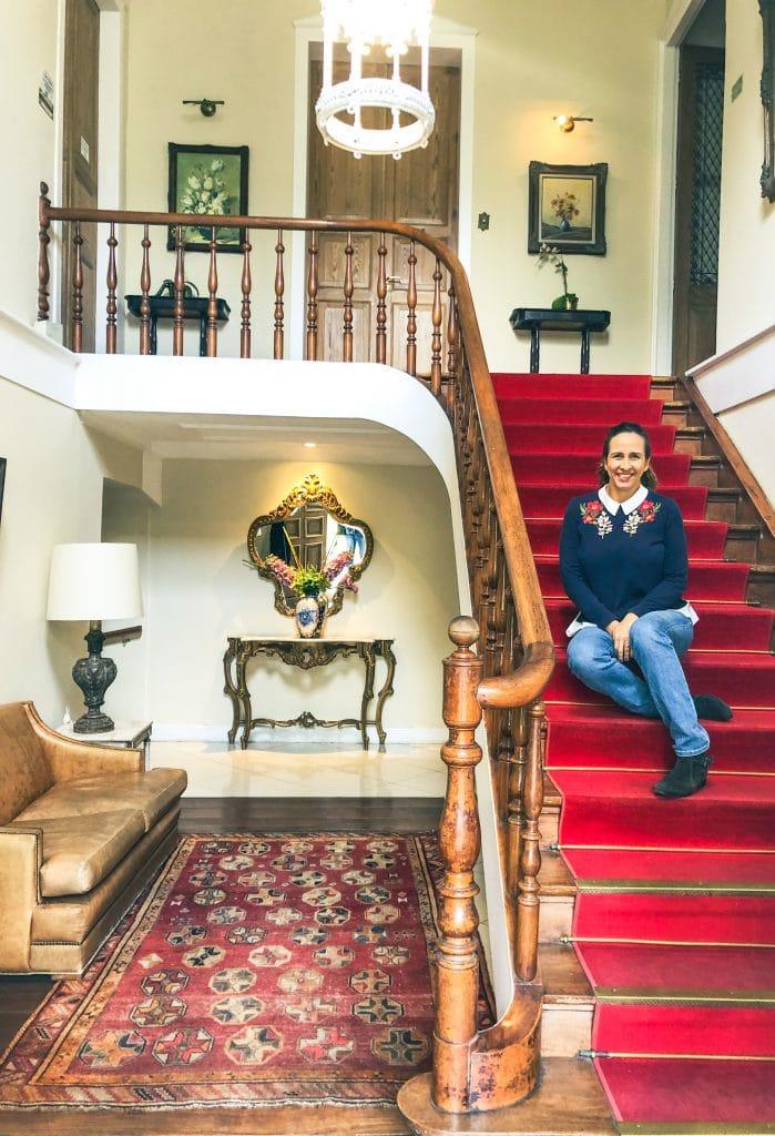 Mulher sentada na escada de hotel Casablanca Imperial