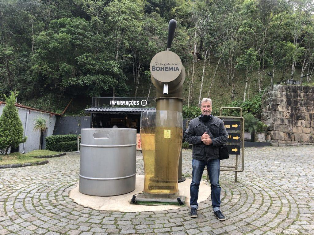 Homem em frente a Cervejaria Bohemia