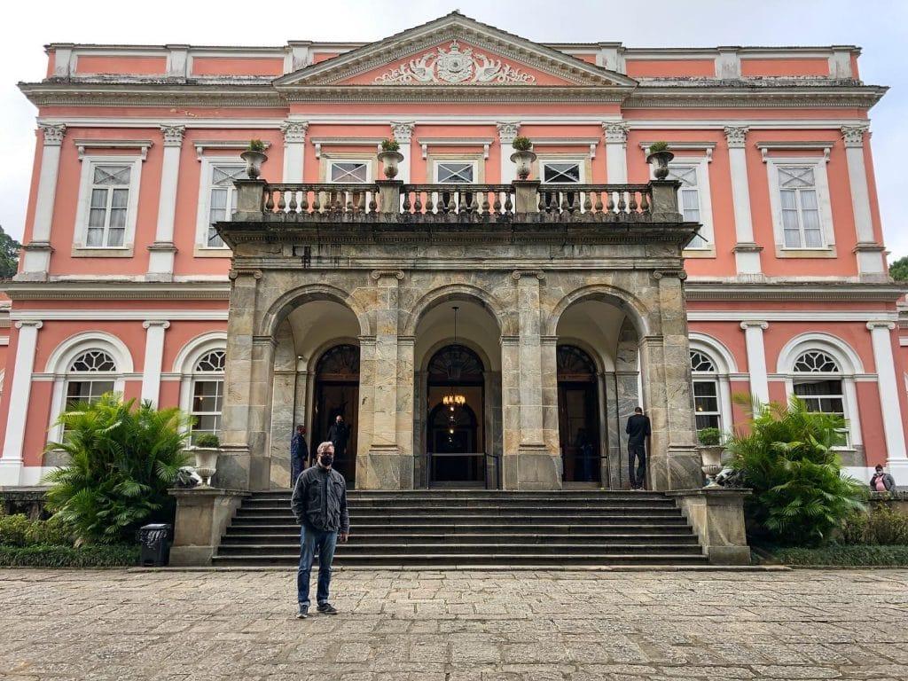Homem em frente a fachada do Museu Imperial