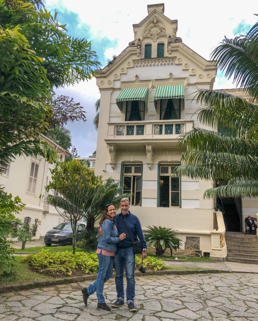Casal se abraçando em frente a hotel Casablanca Imperial