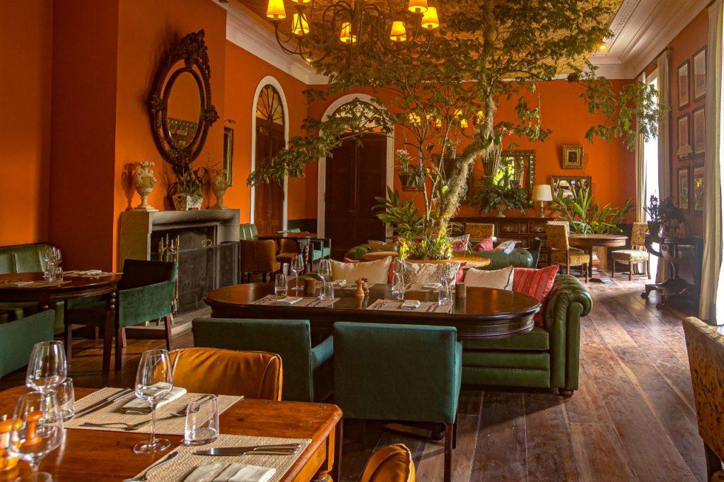 Salão do restaurante Marambaia com poltronas, sofás e mesas