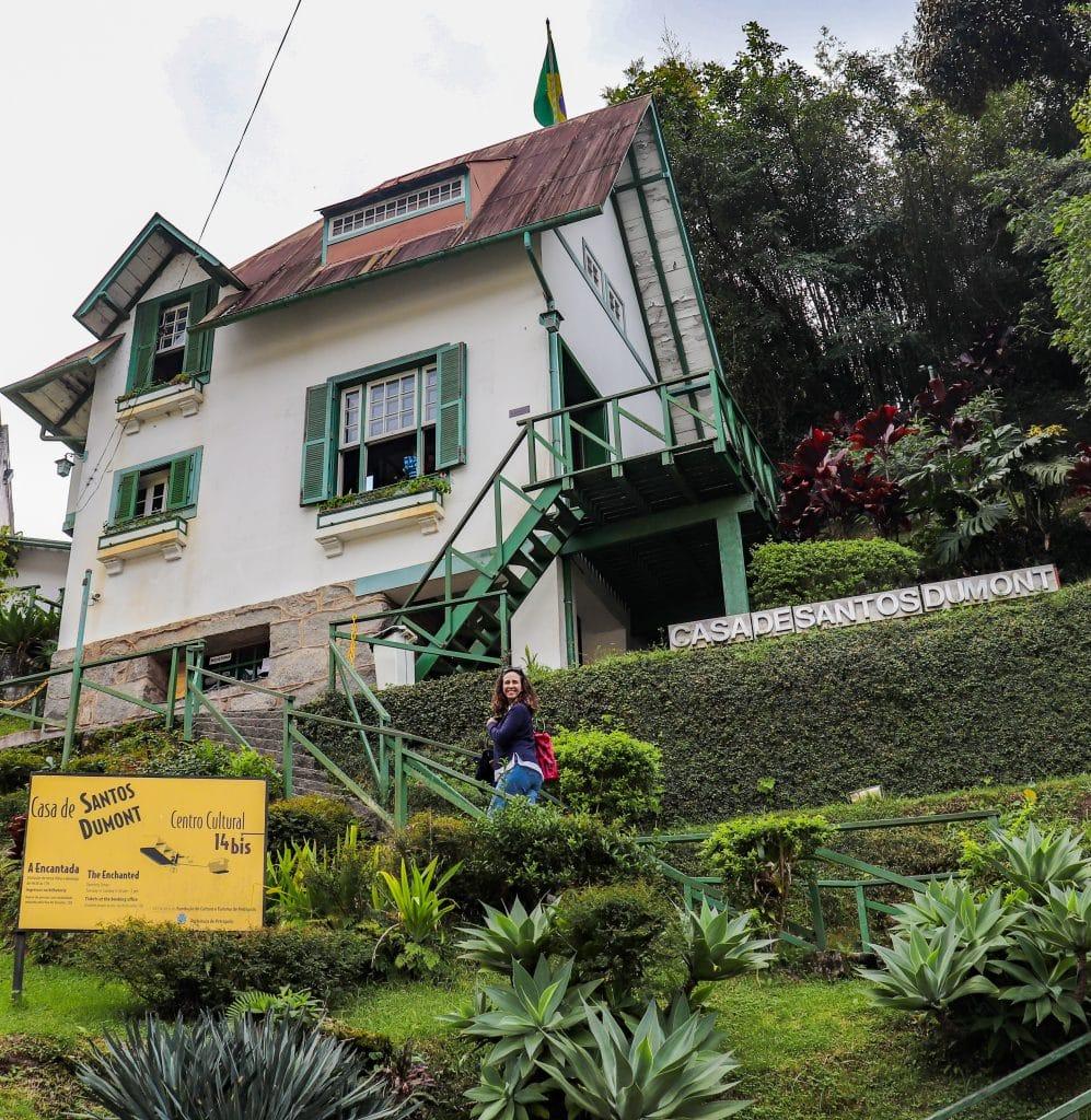 Museu subindo as escadas da casa de Santos Dumont