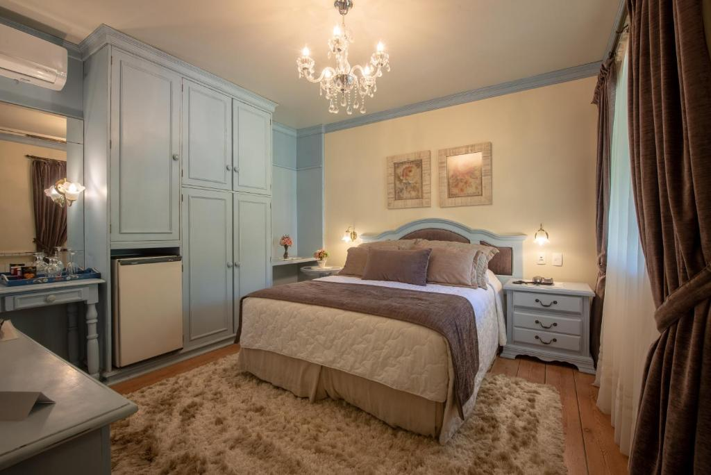 Quarto de hotel com cama e detalhes em azul