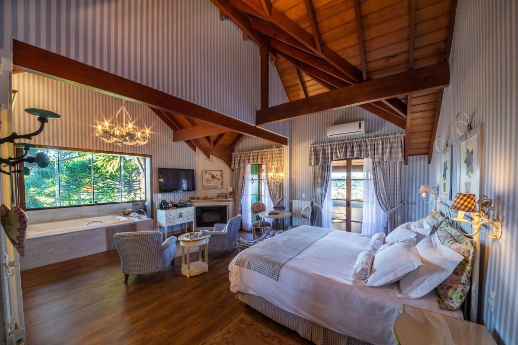 Quarto de hotel com cama e poltronas