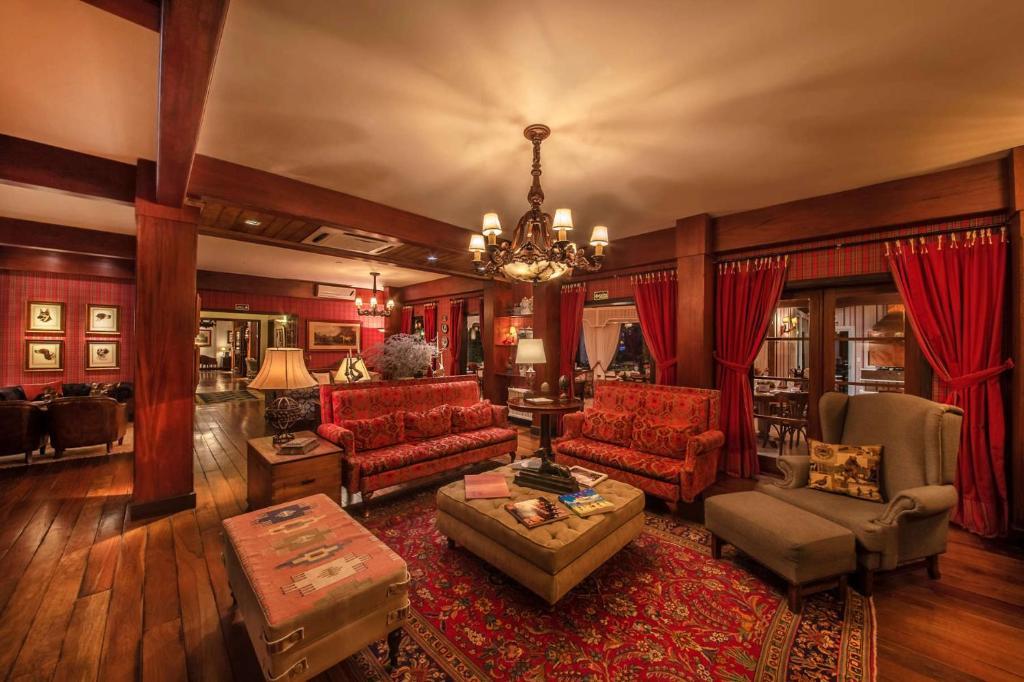 Sala de estar de hotel com sofás e poltronas
