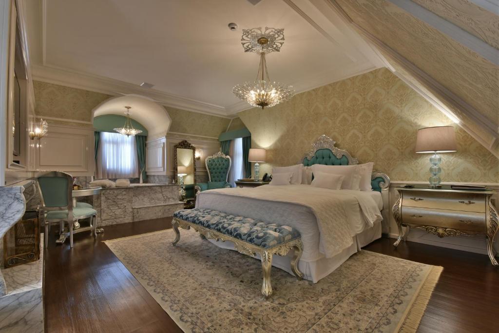 Quarto de hotel com cama grande e detalhes em azul.