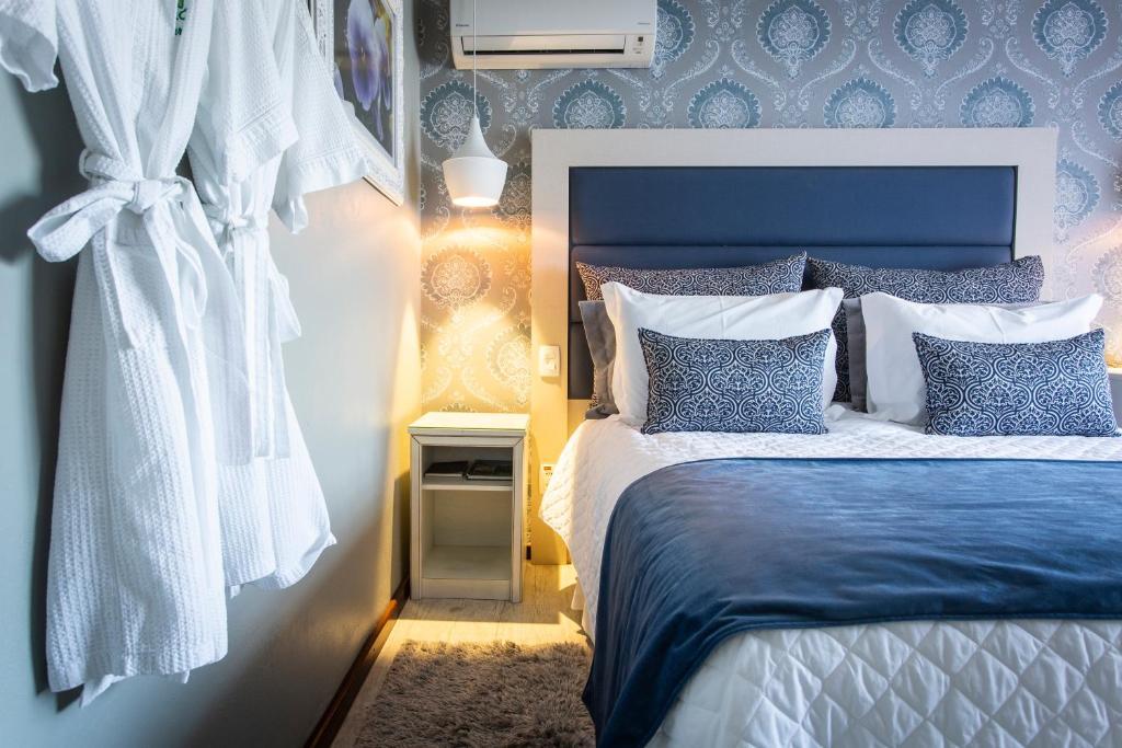 Quarto de hotel com tons em azul
