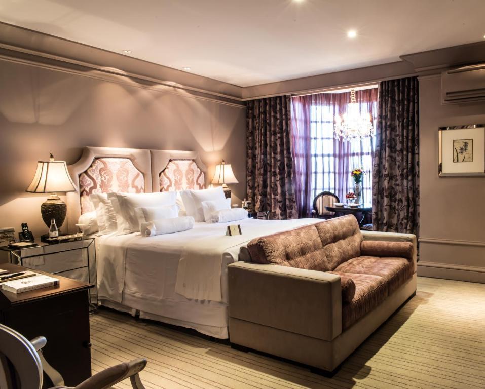 Quarto de hotel com cama e sofá