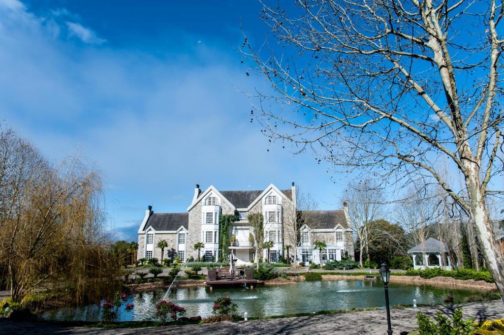 Fachada de hotel em frente a um lago