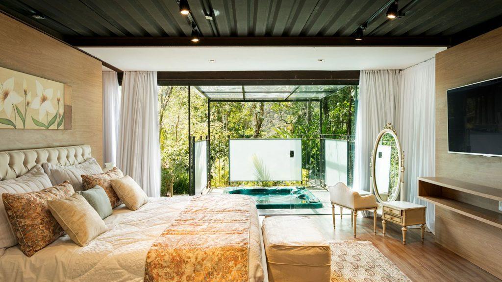 Quarto do hotel Locanda Della Mimosa com cama grande e banheira de hidromassagem